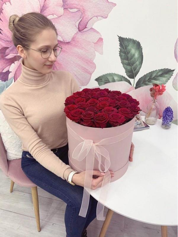 Моно букет из алых роз в шляпной коробке 'Amour box' от Kiwi Flower Shop
