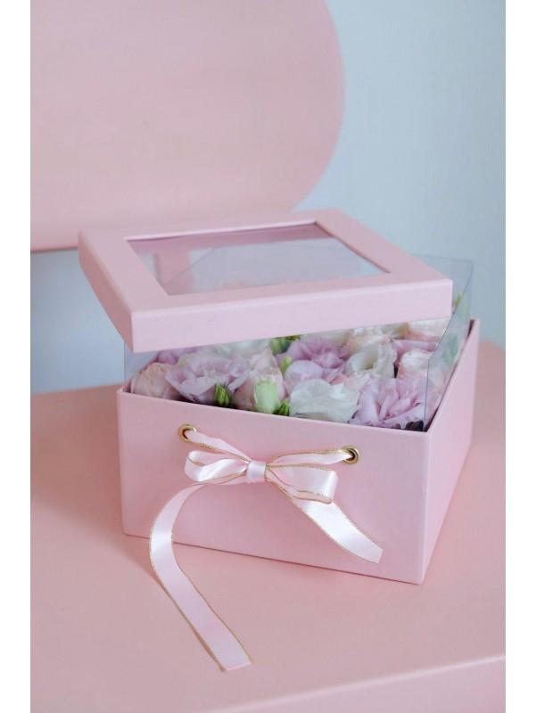 Невероятно нежная цветочная композиция с эустомой и розами в квадратной коробке с прозрачной крышкой 'Розовая Нежность' от Kiwi Flower Shop