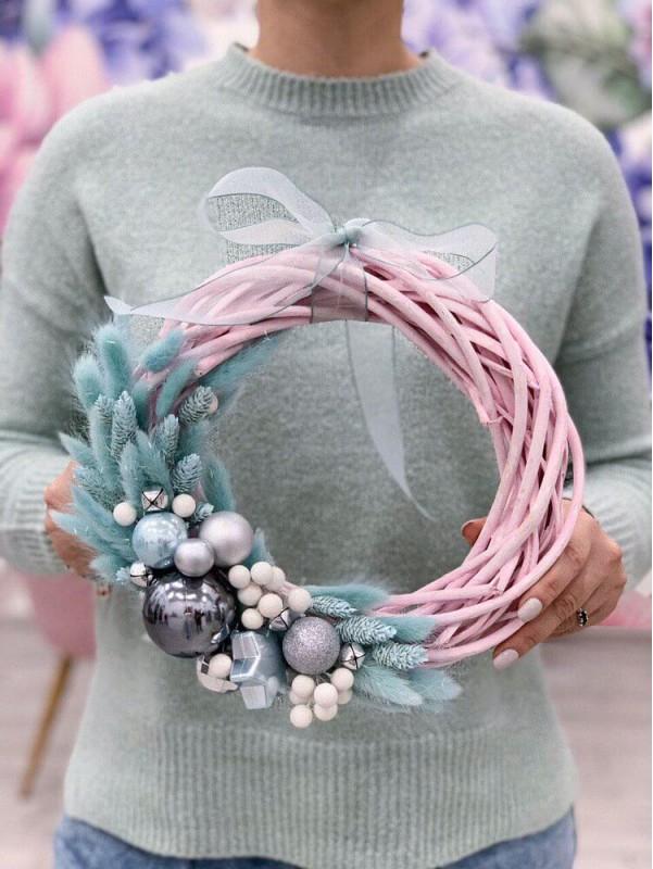 Венок ручной работы на ротанговой основе 'Marshmallow Christmas wreath' от Kiwi Flower Shop